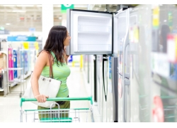 选购冰箱的女人