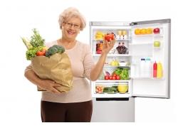 抱着蔬菜的老年妇