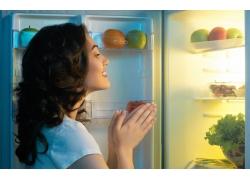 打开冰箱的美女