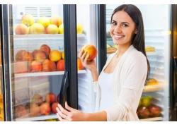 开冰柜拿水果的美女
