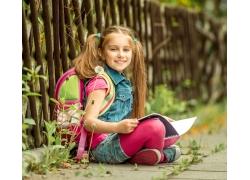 路边看书的女孩图片
