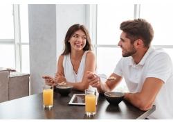 吃早餐的夫妻