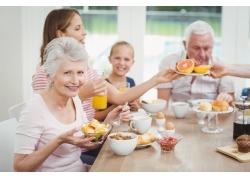 吃早餐的家庭