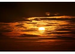 天空中的太阳与云朵