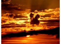 透过云朵的阳光