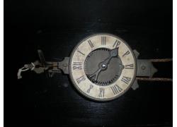 木板上的时间钟表