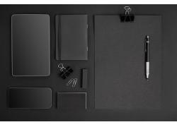 黑色平板电脑和手机