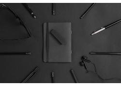 黑色耳机和记事本