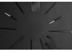黑色铅笔和手机