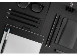 黑色铅笔和笔记本电脑
