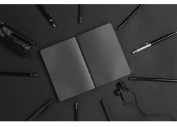 黑色记事本和订书器
