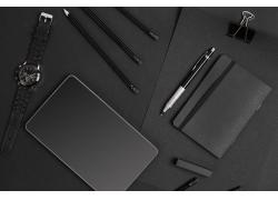黑色平板电脑和手表