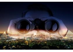 看望远镜的商务人士