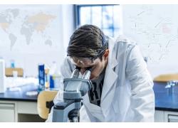 观察显微镜的科学家