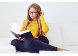 戴眼镜看书的女孩图片