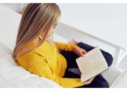 沙发上看书的女生图片