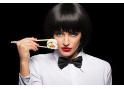 吃寿司的欧美女性