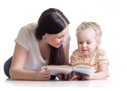 教女儿看书的女士图片
