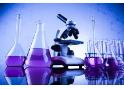 桌子上的容器显微镜背景