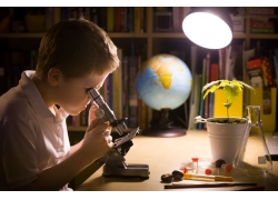 拿显微镜观察的男孩