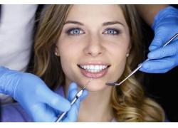 看牙医的外国美女