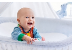 婴儿床里的孩子图片