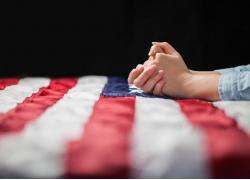 美国国旗与祷告手势