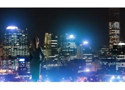 夜晚掐腰的女人背影