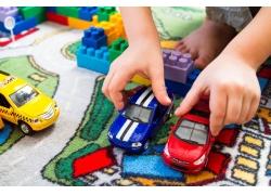 玩玩具车的男孩