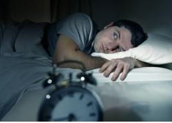 睡觉失眠的男人