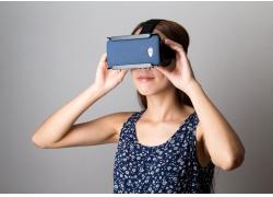 戴VR眼镜的外国美女