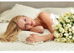 床上的鲜花美女摄影