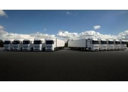 蓝天白云两排货车