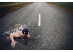 公路上游泳的男人