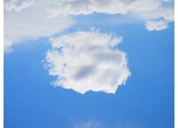 蓝天白云背影