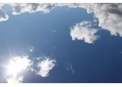 天空中的阳光与云朵