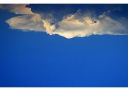 天空与乌云