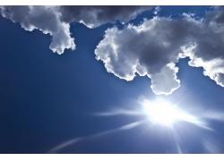 天空中的阳光与白云