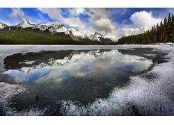 高山湖泊雪景