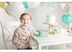 吃蛋糕的开心儿童