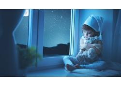 坐在窗台上抱玩具的女孩图片