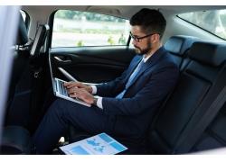 汽车里办公的男人