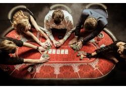 赌博的外国男女
