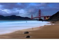 海边沙滩与桥梁图片