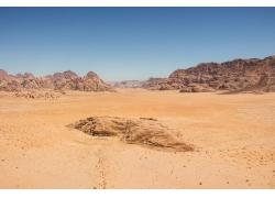 天空下的山峰与沙漠