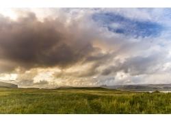 蓝天白云下的草原