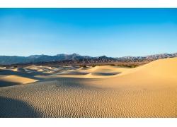 蓝天下的沙漠