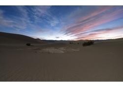 彩色天空下的沙漠
