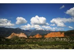 蓝天下的山峰草原
