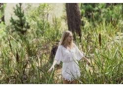 草丛里的美女